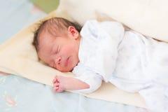 Bebê recém-nascido que dorme, 3 dias velho Imagens de Stock Royalty Free