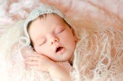Bebê recém-nascido que dorme em um tapete macio macio fotografia de stock