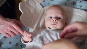 Bebê recém-nascido que encontra-se na cadeira de balanço do bebê