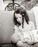 Bebê recém-nascido que está sendo guardado pela irmã mais velha Toddler foto de stock