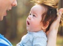 Bebê recém-nascido que está sendo guardado por seu pai fotografia de stock royalty free