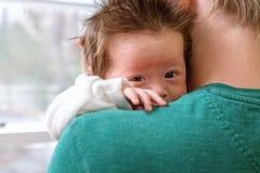 Bebê recém-nascido que está sendo guardado por seu paizinho imagens de stock royalty free