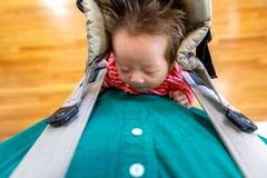 Bebê recém-nascido que está sendo guardado por seu paizinho fotografia de stock royalty free
