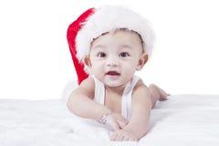 Bebê saudável com chapéu do Natal imagem de stock