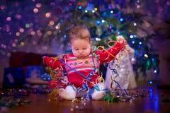 Bebê sob a árvore de Natal Fotografia de Stock