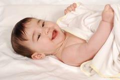 Bebê sob a toalha imagens de stock