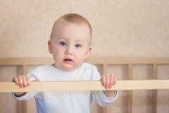 Bebê surpreendido que está na ucha fotografia de stock