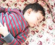 Bebê tailandês que coloca no sofá imagem de stock royalty free