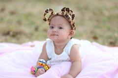 Bebê tailandês que sorri na noite o campo de ação Imagem de Stock Royalty Free