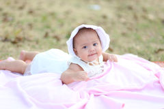 Bebê tailandês que sorri na noite o campo de ação Imagens de Stock Royalty Free