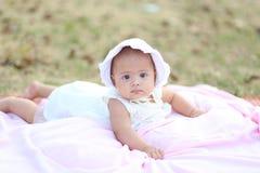 Bebê tailandês que sorri na noite o campo de ação Fotos de Stock Royalty Free