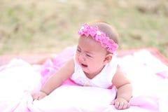 Bebê tailandês que sorri na noite o campo de ação Imagens de Stock