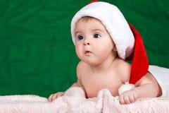 Bebê vestido em um chapéu de Papai Noel Imagens de Stock Royalty Free