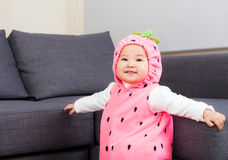 Bebê vestido no traje da morango fotos de stock royalty free