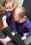 Bebês com teclado imagens de stock royalty free