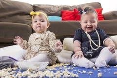 Bebês de alimentação do alimento desarrumado fotos de stock royalty free