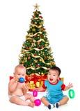 Bebês e uma árvore de Natal Fotos de Stock