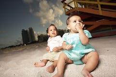 Bebês na praia Fotografia de Stock Royalty Free