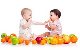 Bebês que comem frutos Fotografia de Stock