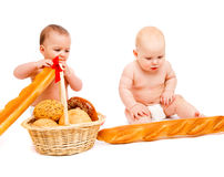 Bebês que comem o pão imagem de stock