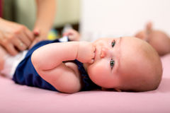 Bebês recém-nascidos - irmãs gêmeas junto com sua mãe Fotos de Stock Royalty Free