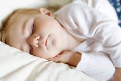 Beb? ador?vel bonito de 6 meses de sono calmo na cama fotografia de stock