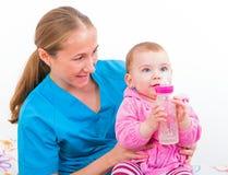 Bebé adorable con la niñera Imagen de archivo libre de regalías