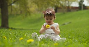 Beb? adorable en el parque vestido como unicornio almacen de video