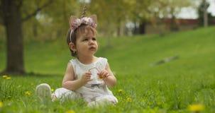 Beb? adorable en el parque vestido como unicornio almacen de metraje de vídeo