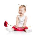 Bebé adorable que se sienta con la flor aislada Imagen de archivo libre de regalías