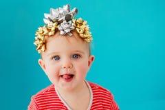 Beb? adornado con un arco como regalo imagen de archivo