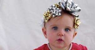 Beb? adornado con un arco como regalo almacen de metraje de vídeo