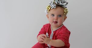 Beb? adornado con un arco como regalo almacen de video