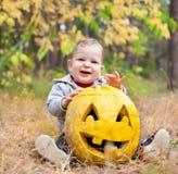 Bebé ao ar livre com abóbora real Fotos de Stock Royalty Free