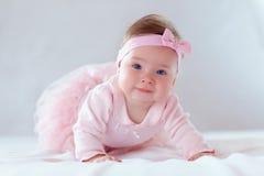 Bebé bonito en vestido rosado Imagenes de archivo
