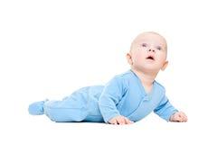 Bebê bonito que encontra-se no assoalho e que olha acima Fotografia de Stock
