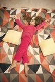 Beb? cansado que se relaja Pijamas y ropa para el hogar Pijamas y materia textil del dormitorio El ni?o disfruta de ocio Pijamas  fotos de archivo libres de regalías