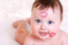 Bebê com beijos Fotografia de Stock Royalty Free