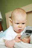 Bebé com um telemóvel Fotografia de Stock Royalty Free