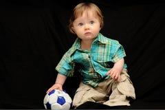 Bebé con el balón de fútbol Foto de archivo libre de regalías