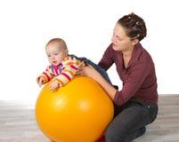 Bebé con el desarrollo retrasado de la actividad de motor Fotos de archivo libres de regalías