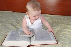 Bebé con el libro Fotografía de archivo libre de regalías