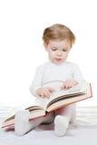 Bebé con el libro Fotos de archivo libres de regalías