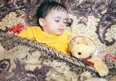 Bebé con el oso de peluche Foto de archivo libre de regalías