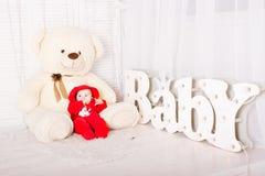 Bebé con el oso de peluche Concepto del día de fiesta de la Navidad Fotografía de archivo