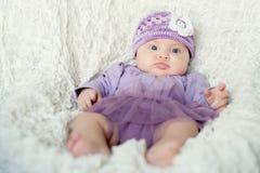 Bebé con el sombrero hecho punto con la flor Imagenes de archivo