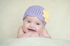 Bebé con el sombrero hecho punto con la flor Imagen de archivo libre de regalías