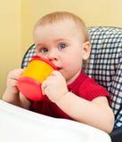 Bebé con la taza Foto de archivo libre de regalías