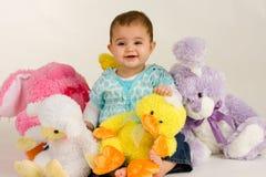 Bebé con los animales rellenos de Pascua Fotos de archivo