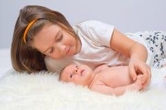 Bebé con su hermana Imágenes de archivo libres de regalías